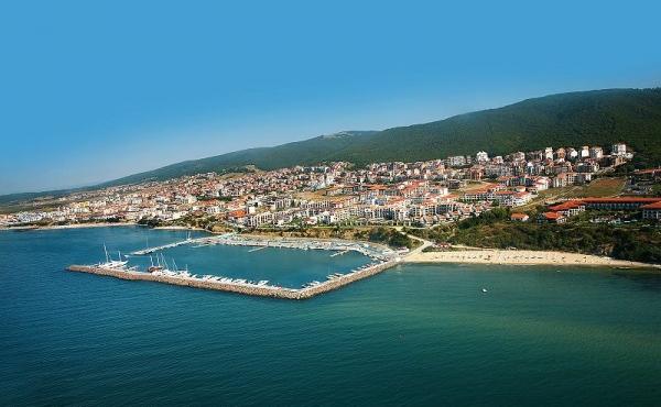800px-Dinevi_marina_at_St_Vlas_resort